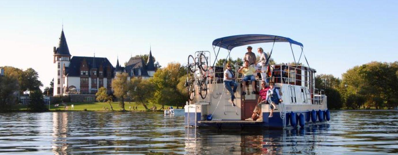 Hausboot auf der Müritz vor Schloss Klink